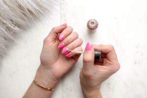 Het Gezinsleven - Lifestyle - Hobby's - Thuis je nagels verzorgen zoals in een salon! - Roze kleur nagellak