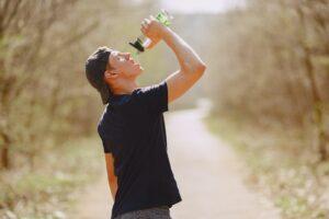 Het Gezinsleven - Lifestyle - Sporten - Drinken en eten voor het sporten, hoe zit het? - Jongen drinkt tijdens zijn work-out