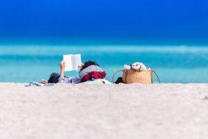 Het Gezinsleven - Lifestyle - Hobby's - Boeken - 10 nieuwe romans voor de zomer van 2021! - Vrouw leest boek op het strand