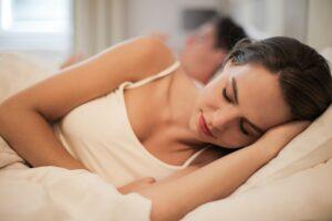 Het Gezinsleven - Lifestyle - Gezondheid en verzorging - Slapen met make up op, is dat echt zó erg? - Vrouw slaapt met make up op