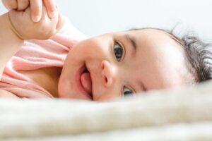 Het Gezinsleven - Moeder en kind - Kinderwens - Last van rammelende eierstokken? Dan herken je jezelf vast in deze 10 punten! - Baby lacht