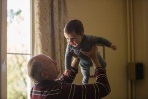 Het Gezinsleven - Moeder en Kind - Baby - 5 manieren om opa en oma feliciteren met hun kleinkind - Vliegtuigje spelen met opa