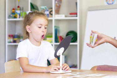 Het Gezinsleven - Moeder en Kind - Kinderen 1-4 jaar - Stotteren, wat kun je doen als je kind stottert? - Les krijgen bij de logopediste