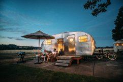 Het Gezinsleven - Vakantie - Autovakantie - Tent, vouwwagen, caravan of camper? Kamperen kun je leren deel 3! - Zitten voor de caravan