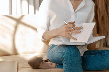 Het Gezinsleven - Lifestyle - Mindset - Van je af schrijven, hoe het jou kan helpen je gedachtes te ordenen! - Vrouw aan het schrijven